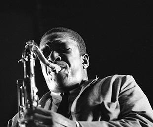 John Coltrane in Chasing Trane. Fotografie: Don Schlitten