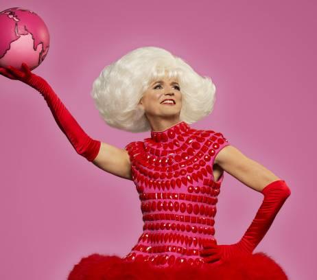 Vrouw in rode jurk met roze wereldbol