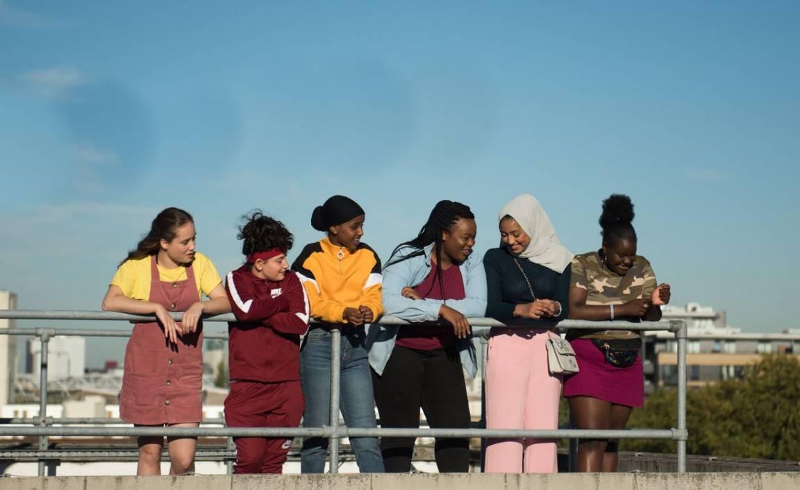 Jonge vrouwen kletsen, blauwe lucht