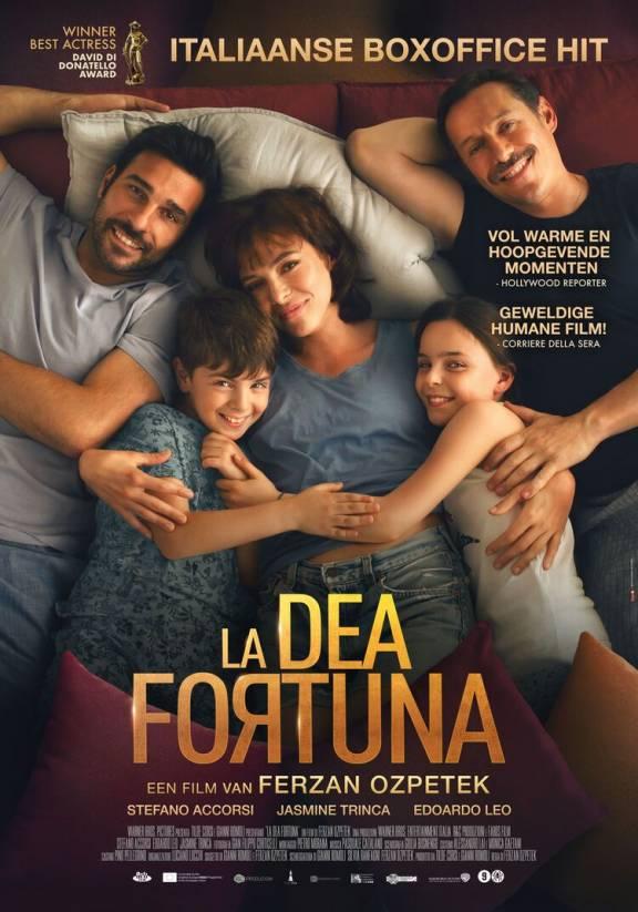 Twee mannen, twee kinderen en een vrouw liggen op bed.